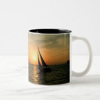 Navegación en la puesta del sol taza de dos tonos