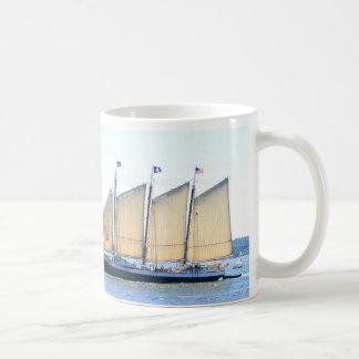 navegación masted thre del schooner taza de café