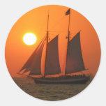 Navegue en la puesta del sol etiquetas redondas