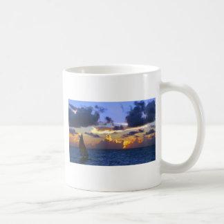 navegue en la puesta del sol taza de café