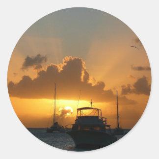 Naves y paisaje marino tropical de la puesta del pegatina redonda