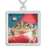 Navidad de la rana, malla, plumas, modelo de santa pendiente