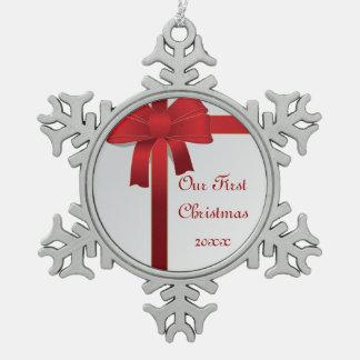 Navidad de los arcos del rojo 1r junto adorno de peltre en forma de copo de nieve