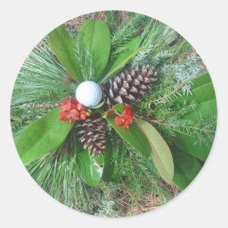 Navidad de los conos y de los árboles de hoja pegatina redonda