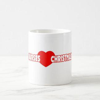 Navidad del amor de las enfermeras taza clásica