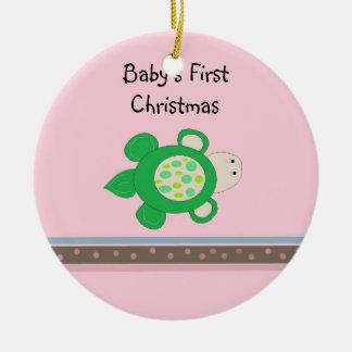 Navidad del bebé de la tortuga verde el primer adorno navideño redondo de cerámica