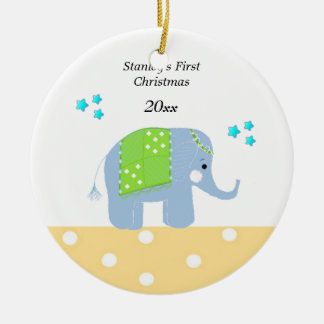 Navidad del bebé del elefante indio el primer adorno navideño redondo de cerámica