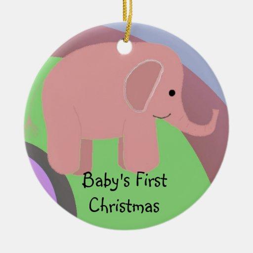 Navidad del bebé del elefante rosado el primer adorno navideño redondo de cerámica