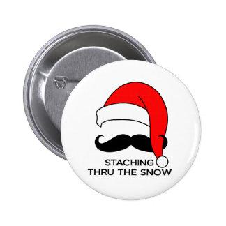 Navidad del bigote - Staching a través de la nieve Pin Redondo De 2 Pulgadas