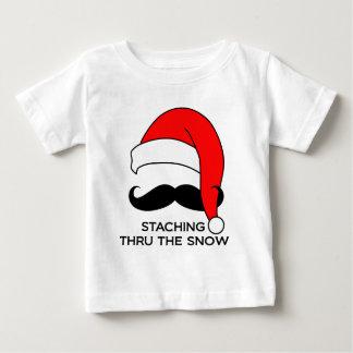 Navidad del bigote - Staching a través de la nieve Playera De Bebé