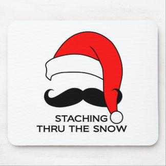 Navidad del bigote - Staching a través de la nieve Alfombrillas De Raton