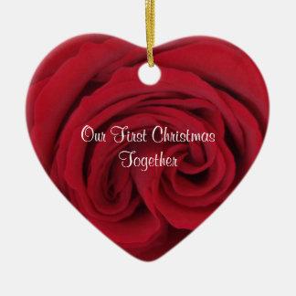 Navidad del corazón del rosa rojo el primer junto adorno de cerámica en forma de corazón