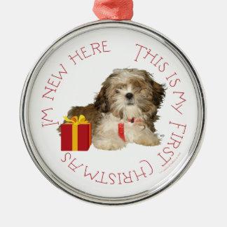 Navidad del perrito de Shih Tzu primer Adorno Redondo Plateado