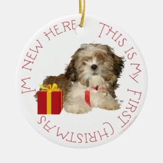 Navidad del perrito de Shih Tzu primer Adorno Redondo De Cerámica