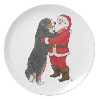 Navidad del perro de montaña de Bernese que saluda Platos