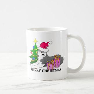 Navidad del perro del husky siberiano taza básica blanca