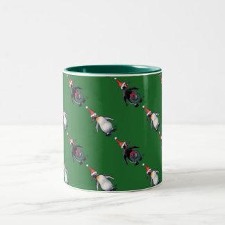 Navidad del pingüino taza de dos tonos