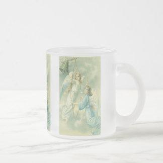 Navidad del vintage, ángeles del Victorian con una Taza De Cristal