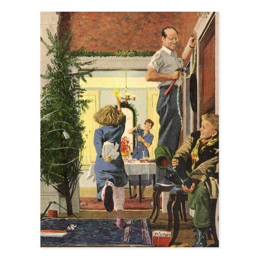 Navidad del vintage, familia que adorna la casa postales
