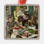Navidad del vintage, familia que envuelve los adorno de navidad