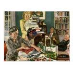 Navidad del vintage, familia que envuelve los postales