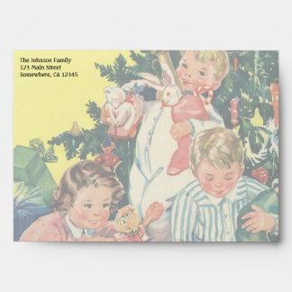 Navidad del vintage, niños que abren presentes