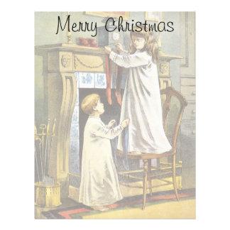 Navidad del vintage, niños que cuelgan medias plantilla de membrete