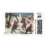 Navidad del vintage, niños que juegan en la nieve sello