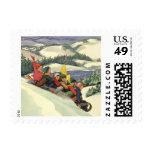 Navidad del vintage, niños Sledding en una montaña
