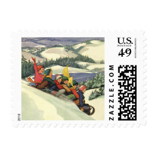 Navidad del vintage, niños Sledding en una montaña Estampilla
