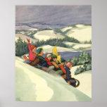 Navidad del vintage, niños Sledding en una montaña Poster