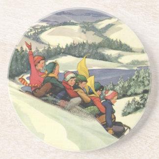 Navidad del vintage, niños Sledding en una montaña Posavasos Manualidades