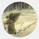 Navidad del vintage, Papá Noel que lleva un árbol Etiquetas Redondas