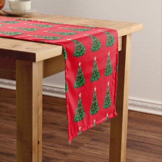 Navidad, día de fiesta, árboles de navidad camino de mesa mediano