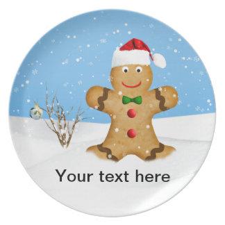 Navidad, hombre de pan de jengibre feliz en nieve platos para fiestas