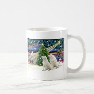 Navidad Kuvasz mágico (dos) Taza Básica Blanca