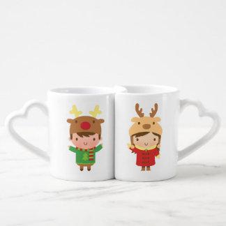 Navidad lindo del muchacho y del chica del reno taza para enamorados