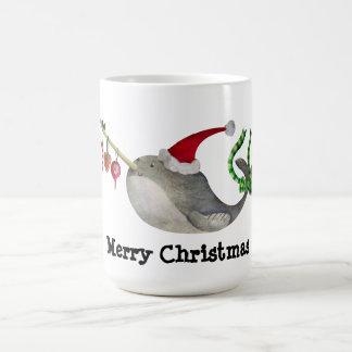 Navidad lindo Narwhal Taza Clásica