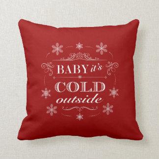 Navidad o copos de nieve rojos y blancos del cojín