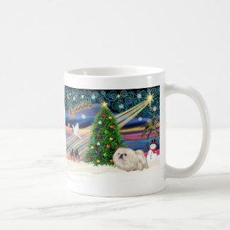 Navidad Pekingese mágico (blanco) Taza Básica Blanca