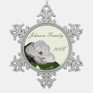 Navidad personalizado de la flor de la magnolia adorno de peltre en forma de copo de nieve