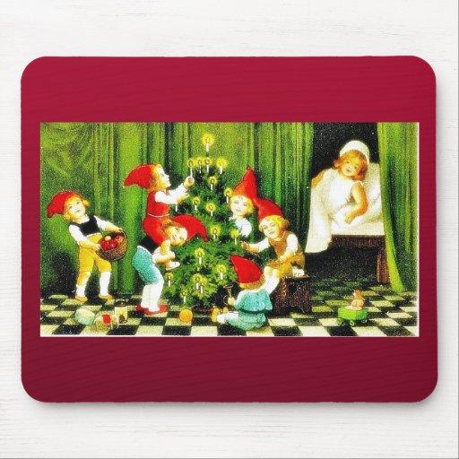 Navidad que saluda con los niños que juegan alrede tapetes de raton