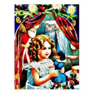 Navidad que saluda con un chica que mira un juguet postal