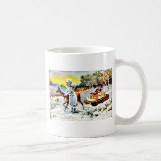 Navidad que saluda con una familia que se mueve co taza básica blanca