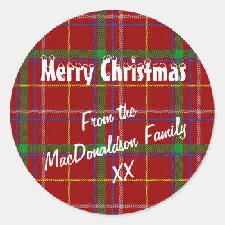 Navidad roja de la tela escocesa de tartán feliz pegatina redonda
