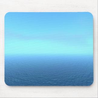 Neblina azul relajante sobre un mar azul tranquilo tapetes de ratón