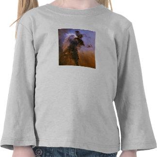 Nebulosa de Eagle por el telescopio espacial de Camiseta