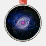 nebulosa rosada del ojo que brilla intensamente ornamente de reyes