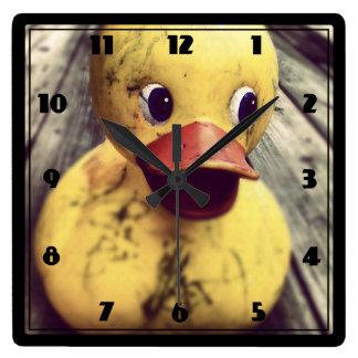 ¡Necesidades Ducky de goma amarillas un baño! Reloj Cuadrado