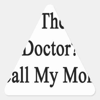 Necesite al mejor doctor Call My Mom Pegatina Triangular